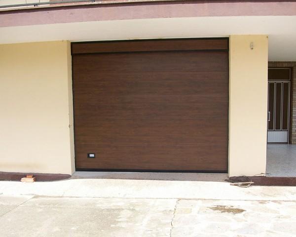 Puertaseccional madera oscura