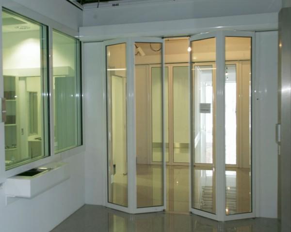 Puertas automáticas plegables de cristal blancas